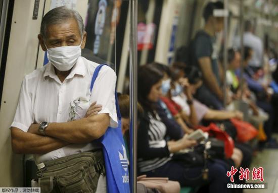 原料图:当地时间2015年9月25日,新添坡,受印尼火灾影响,新添坡雾霾天气不息,市民戴口罩出走。
