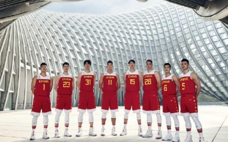 中国男篮世界杯出征仪式,全新战袍揭晓,易建联和周鹏站C位
