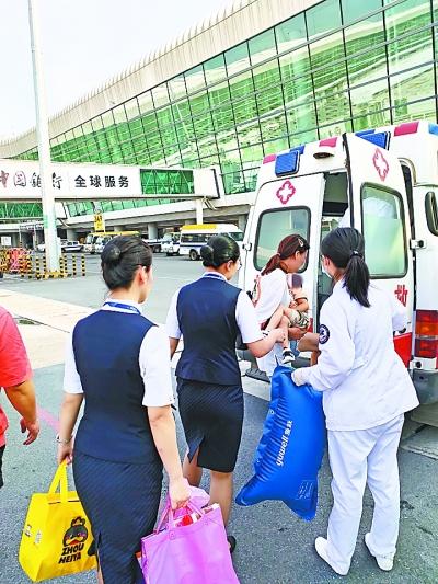 在南航工作人员和医护人员的陪同下,患儿和家属登上救护车赶赴医院