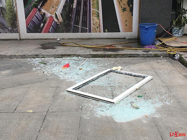 二楼窗户被震到楼下,玻璃碎了一地