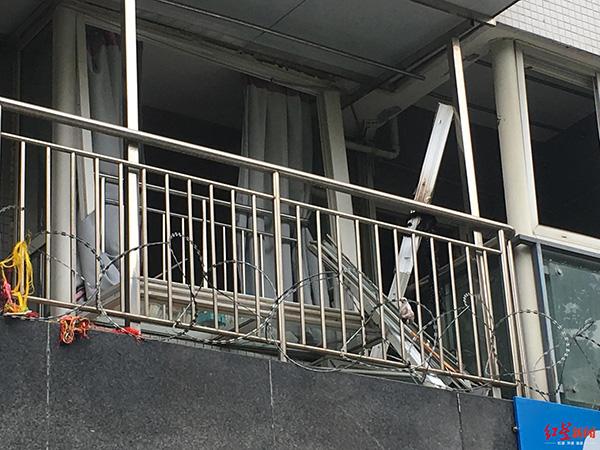 二楼窗户被震落