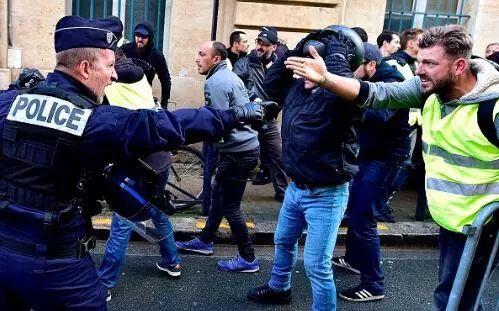 巴黎警察对付蒙面示威者这招 香港看看