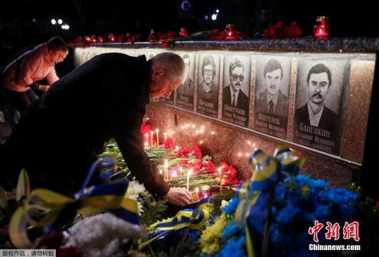 """資料圖:當地時間4月26日,烏克蘭Slavutich民眾凌晨前往墓地,點燭獻花悼念在清理核事故死亡的""""清理人""""(liquidators)。"""