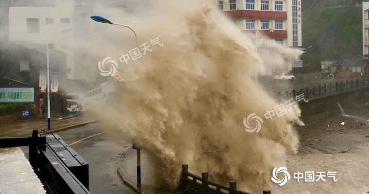 """昨天,""""利奇马""""逼近,玉环东沙渔村码头海浪滔天。 (图/玉环气象局)"""