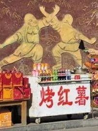 """佛像在角落里蒙灰,功德箱却""""生龙活虎""""。"""