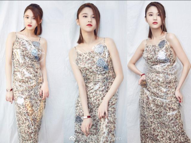 张慧雯早前美照,米色碎花吊带裙、外套透明PC,这创意时尚满分