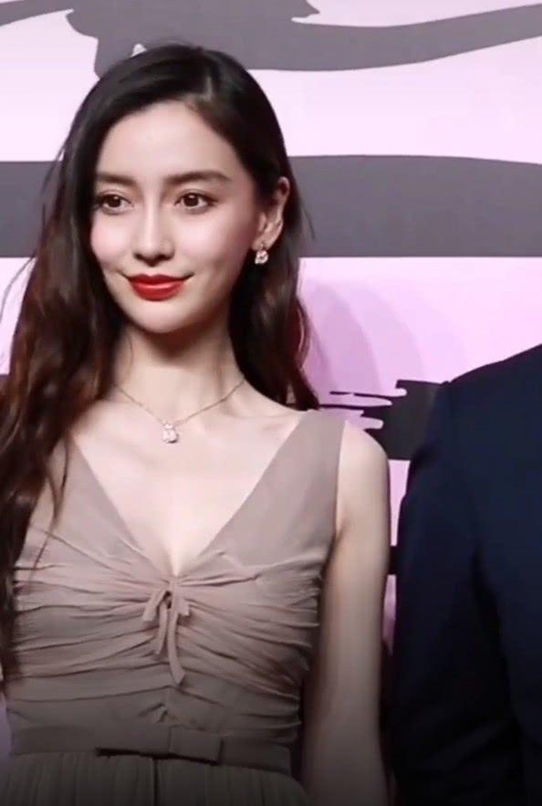 杨颖现身活动,摄影师故意凑近她的脸拍照,看清细节网友炸锅了