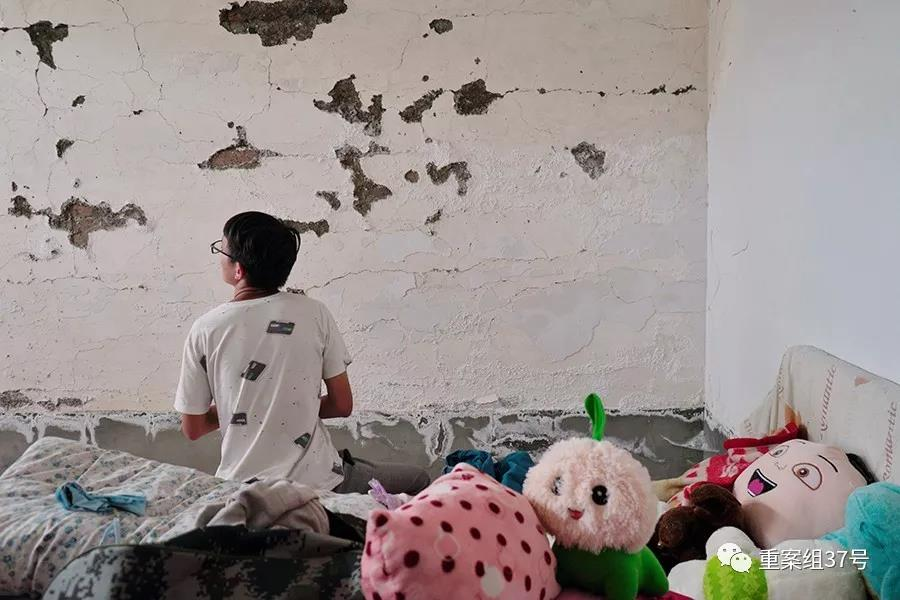 图为路尾社区村民杨博坐在他原来的房间里,如今这个房子因墙体开裂无法居住。新京报记者 郑新洽 摄