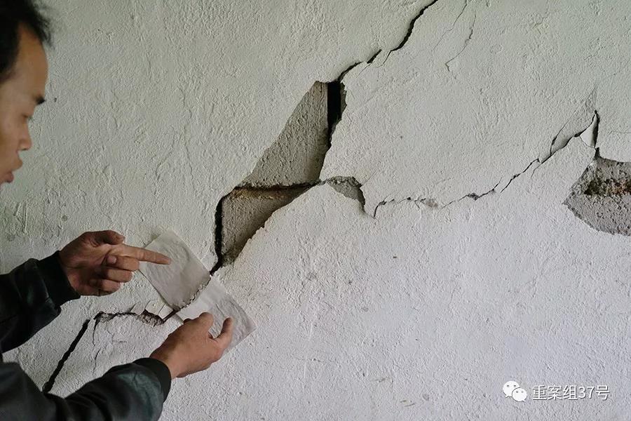 村民林华勇家墙壁开裂严重,因责任认定和赔偿未到位,他只好搬进了安置房,没想到安置房也出现裂缝。新京报记者 郑新洽摄