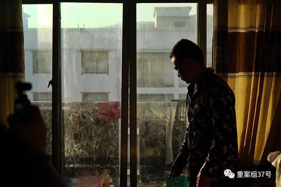 图为纳雍县2014年扶贫生态移民搬迁项目居仁街道大冲安置点,住户姜旭家中严重变形的阳台门。新京报记者 郑新洽 摄