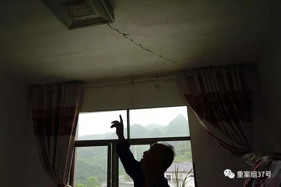 大冲村一村民家中天花板被震裂,每到雨天都得放盆接水。新京报记者 郑新洽摄