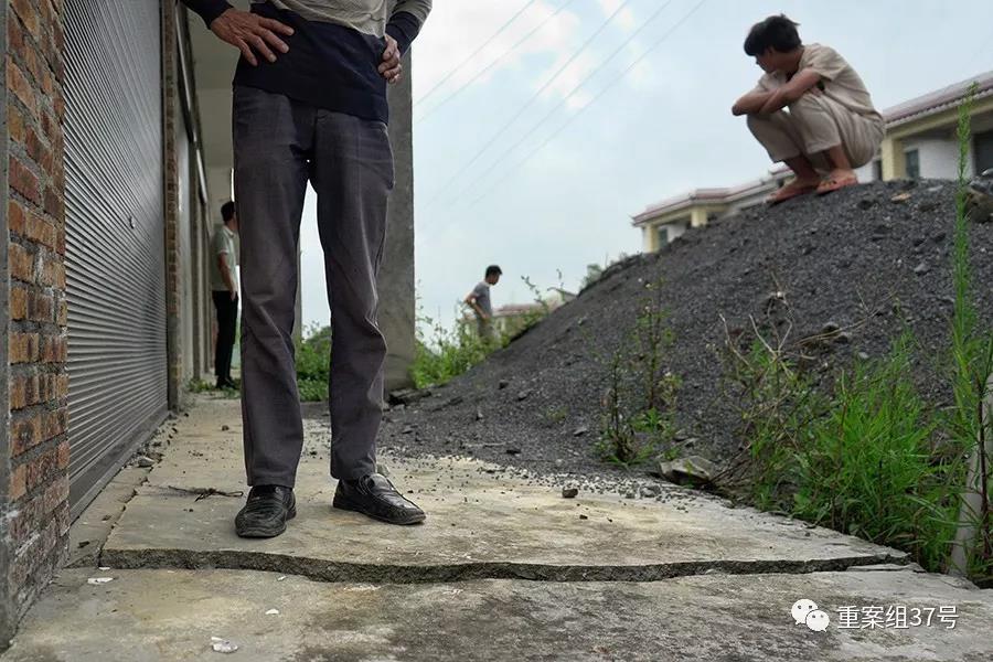 路尾社区村民李龙祥的隔壁邻居家房屋出现大面积开裂,硬化地面相接的地方有一条长约5米,宽约4厘米的裂口。新京报记者 郑新洽 摄