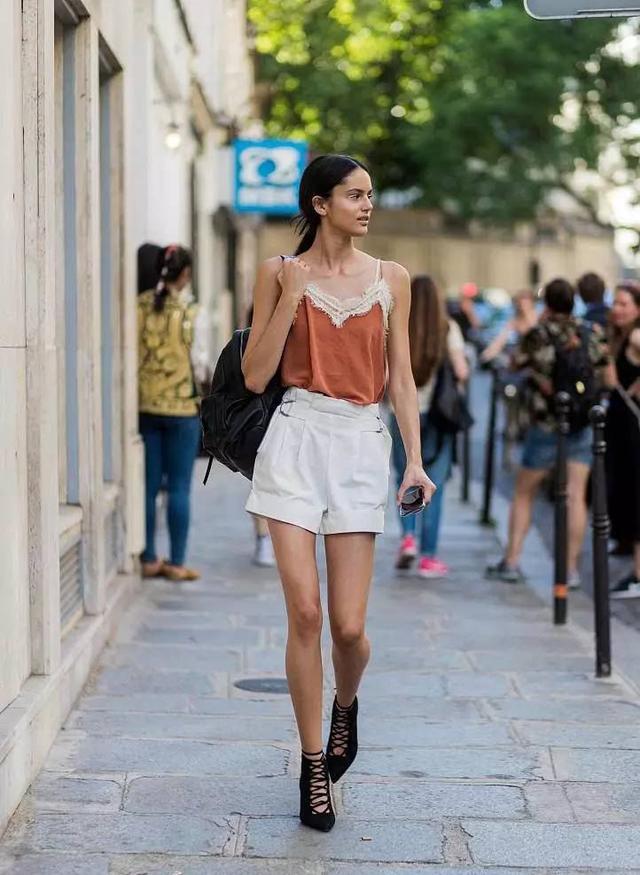 哪吒同款纸袋裤又成潮流,舒适休闲又遮肉,比阔腿裤更加时髦显瘦