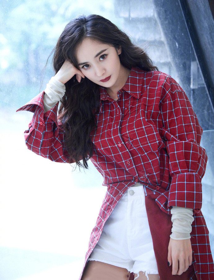 带货女王杨幂又带领潮流穿搭了,格纹衬衫配超短裤,当裙子穿贼美