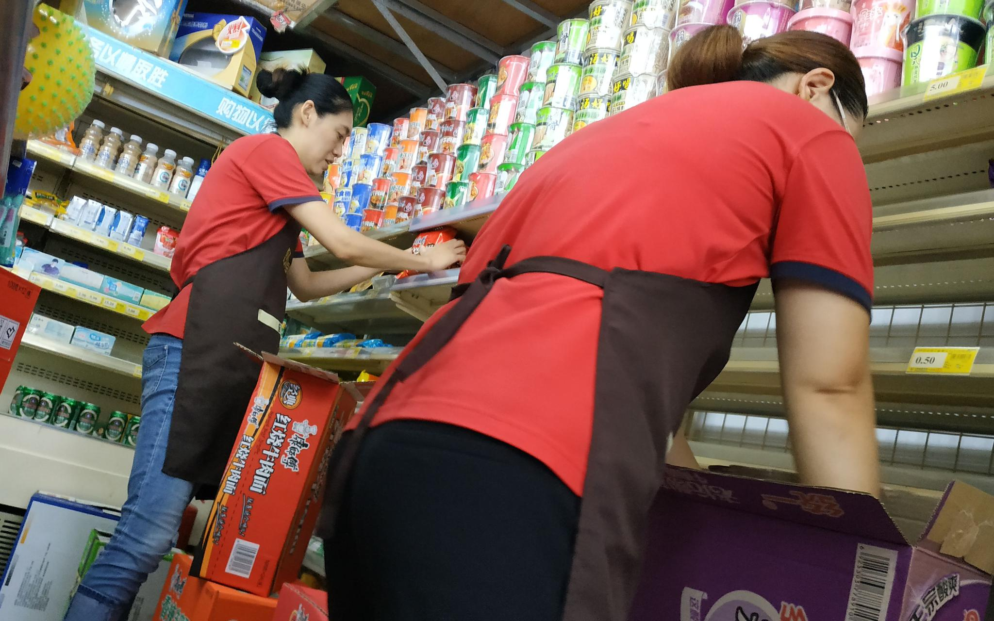 8月13日,位于山东寿光公园北街上的一家超市内,工作人员正在向货架摆放泡面。新京报记者 刘名洋 摄