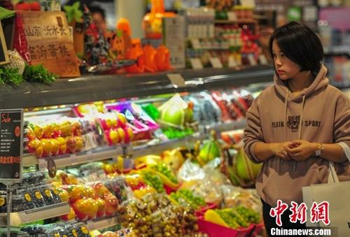 资料图:消费者选购蔬菜水果。中新社记者 于海洋 摄