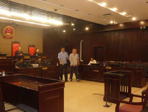 被告人魏跃晖被带进法庭