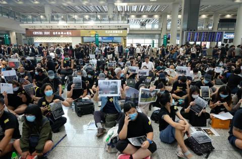 图为大批黑衣人12日非法集结香港机场。(大公文汇全媒体)