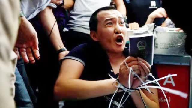 环球网记者香港机场被暴徒非法拘押殴打:我支持香港警察你们可以打我了