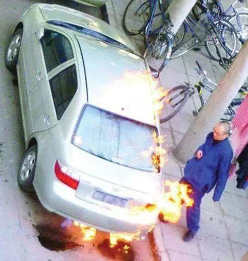 面对偷拍怎么办?黄子韬给摄影师送水,窦唯一怒之下烧了卓伟的车