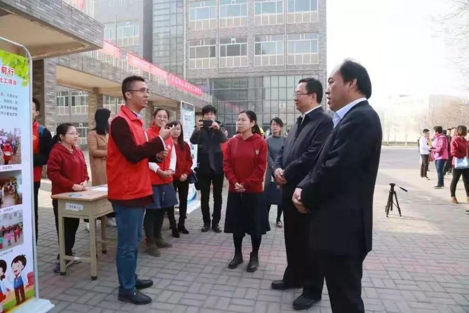 """▲段非向河北省民政厅领导汇报卷掌村""""60敬老餐厅""""项目。"""
