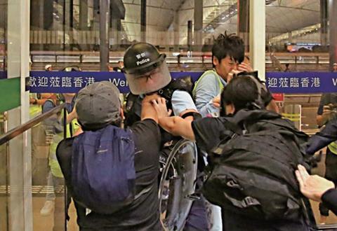 """香港前线警员""""落单""""时被袭,遭暴徒叉颈围殴拳打脚踢。(来源:香港文汇网)"""