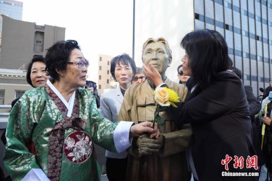 资料图:当地时间2017年9月22日,美国旧金山市圣玛丽广场,慰安妇雕像揭幕仪式隆重举行,这也是美国主要大城市第一座慰安妇雕像。图左为89岁的韩国慰安妇幸存者李荣洙。 中新社记者 刘丹 摄