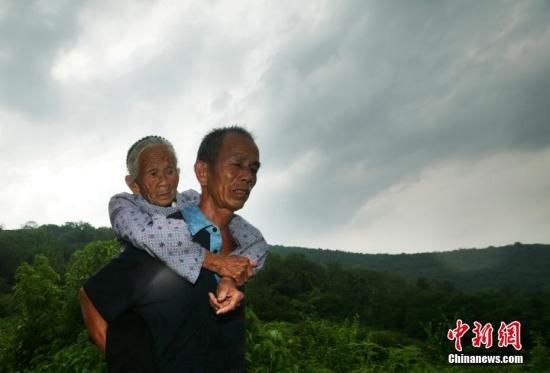"""资料图:2019年5月5日,侵华日军南京大屠杀遇难同胞纪念馆公布,日军""""慰安妇""""制度受害者韦绍兰于5月5日辞世,享年99岁。图为韦绍兰老人和他儿子。中新社记者 泱波 摄"""