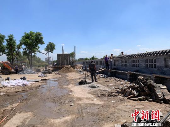 乔家大院景区出口处的商户已全部搬离,且因正在拆除而无法通行,景区将规范设置新的出口通道。 刘小红 摄