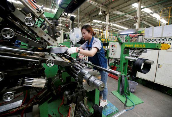 河北一家轮胎厂的工人正在工作,这家轮胎厂生产的轮胎主要出口到美国、日本等国。(路透社