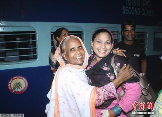 原料图:当地时间8月8日,巴基斯坦拉相符尔火车站,民多乘坐列车抵达拉相符尔火车站。巴基斯坦铁道部长拉希德外示,决定憩息运营开走在印巴之间的迅速列车(别名友谊快车)。