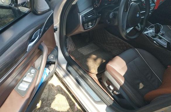花51万买宝马530,邻居说是租的,小伙拿出行驶证并放在引擎盖上