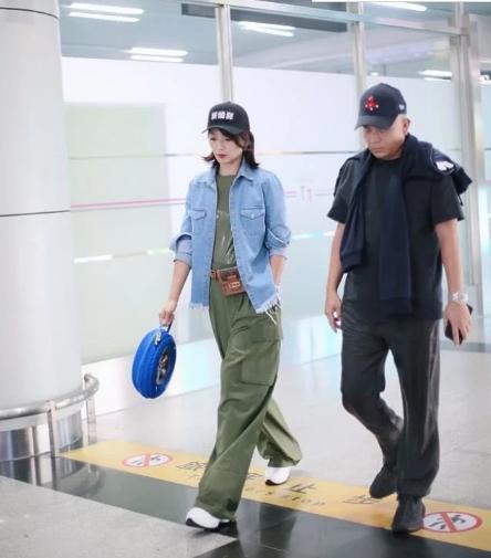 """刘涛时装新造型,戴""""新能源"""" 帽子,手提轮胎包,引领新的潮流"""