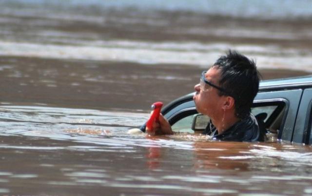 汽车落水后不要惊慌 抓紧时间进行逃生