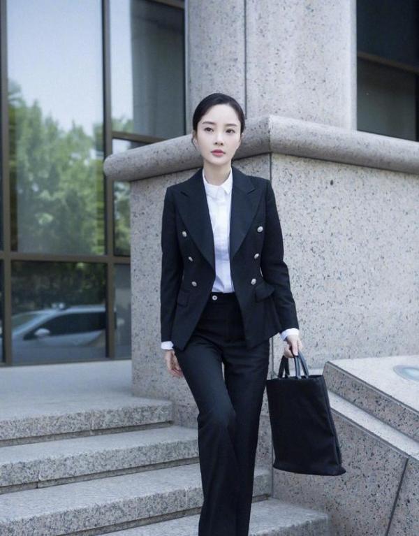 李小璐新剧职场造型,打破以往形象,引领职场时尚新潮流