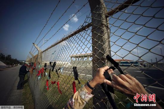 当地时间2015年3月23日,日本冲绳名护市,民多在美军施瓦布军营前示威,请求憩息边野古海底钻探作业,抗议美军普天间机场迁至名护市边野古。