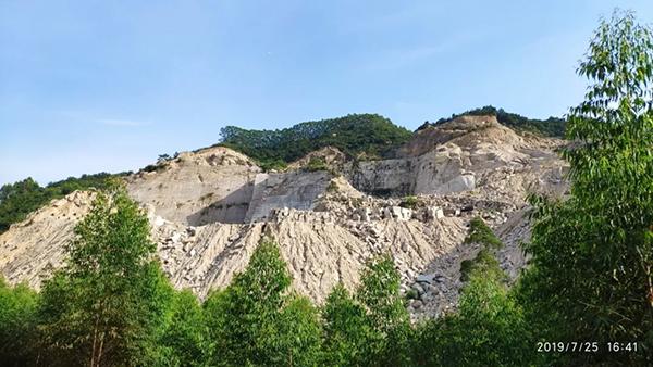 矿山开采导致大面积山体和植被破坏。