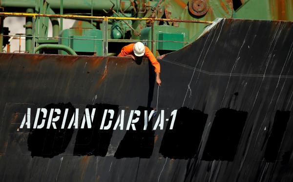 """当地时间2019年8月18日,直布罗陀海峡,被释放的伊朗油轮""""格蕾丝一号""""重新命名为""""阿德里安·达里亚一号""""(Adrian Darya 1) 视觉中国 图"""