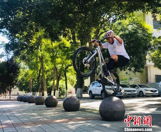 """探访自行车攀爬爱好者的""""飞驰人生"""":台阶、横杆均为路"""