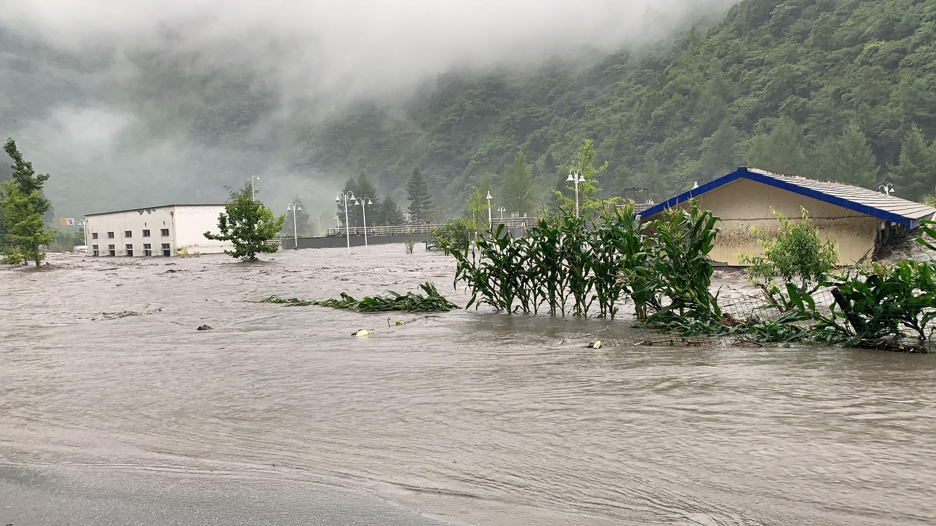 四川暴雨引发山洪致卧龙耿达镇7人失联,上万名游客滞留