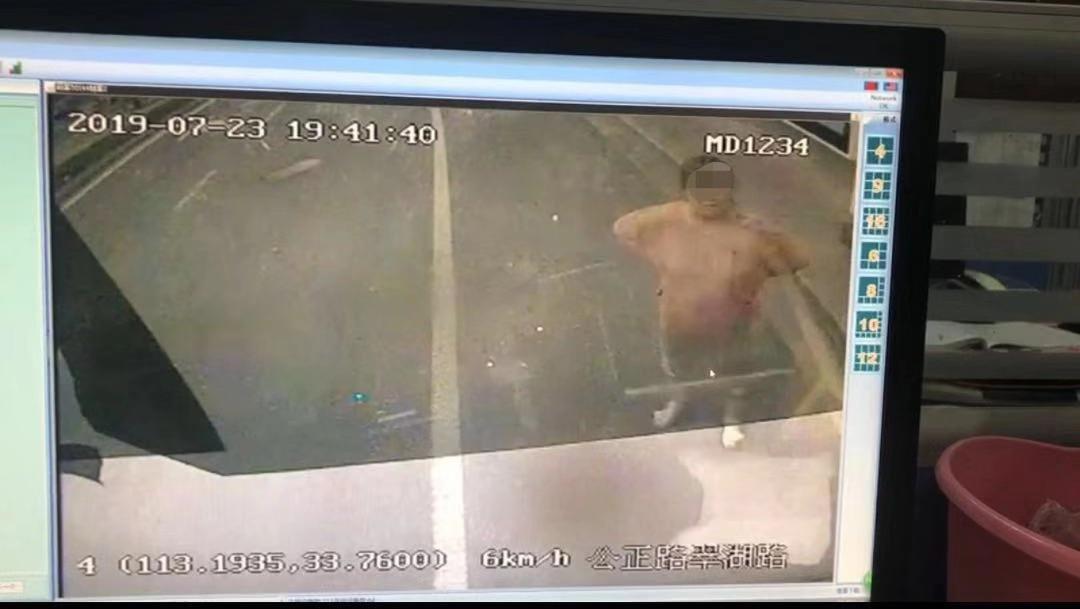 监控视频显示,一女子站在公交车前。 受访者供图