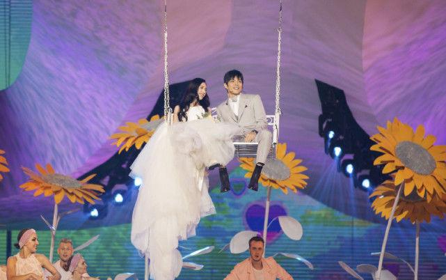 郭碧婷向佐甜蜜现身活动,女方身穿婚纱太美好,像真正的婚礼一样