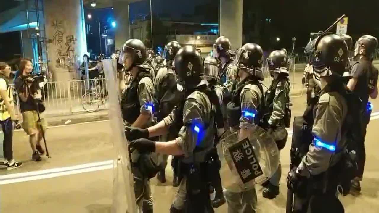 香港西铁元朗站大批警力集结