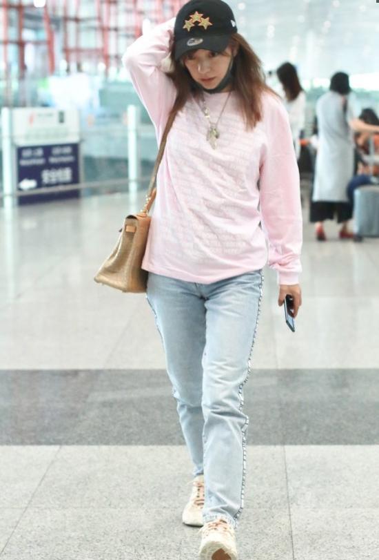 赵薇不服老?穿粉色上衣+牛仔裤清新减龄
