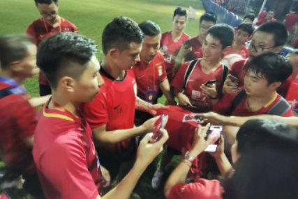 艾克森与球迷互动飙中文