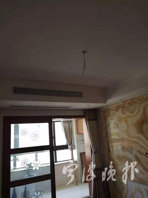 客厅的吊灯被拆走,只剩电线