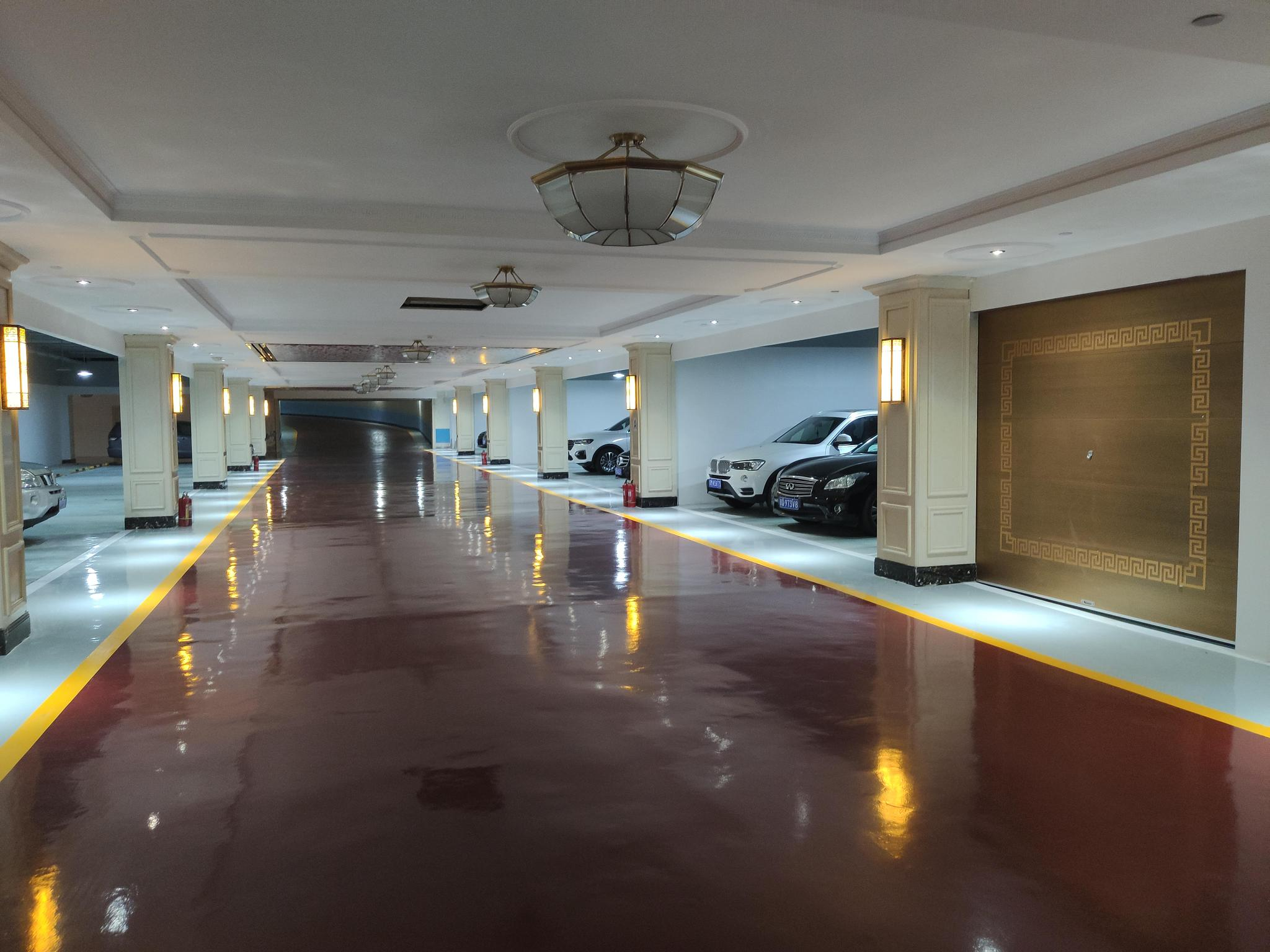 装修豪华的信和嘉园小区地下二层停车场。摄影/新京报见习记者周博华