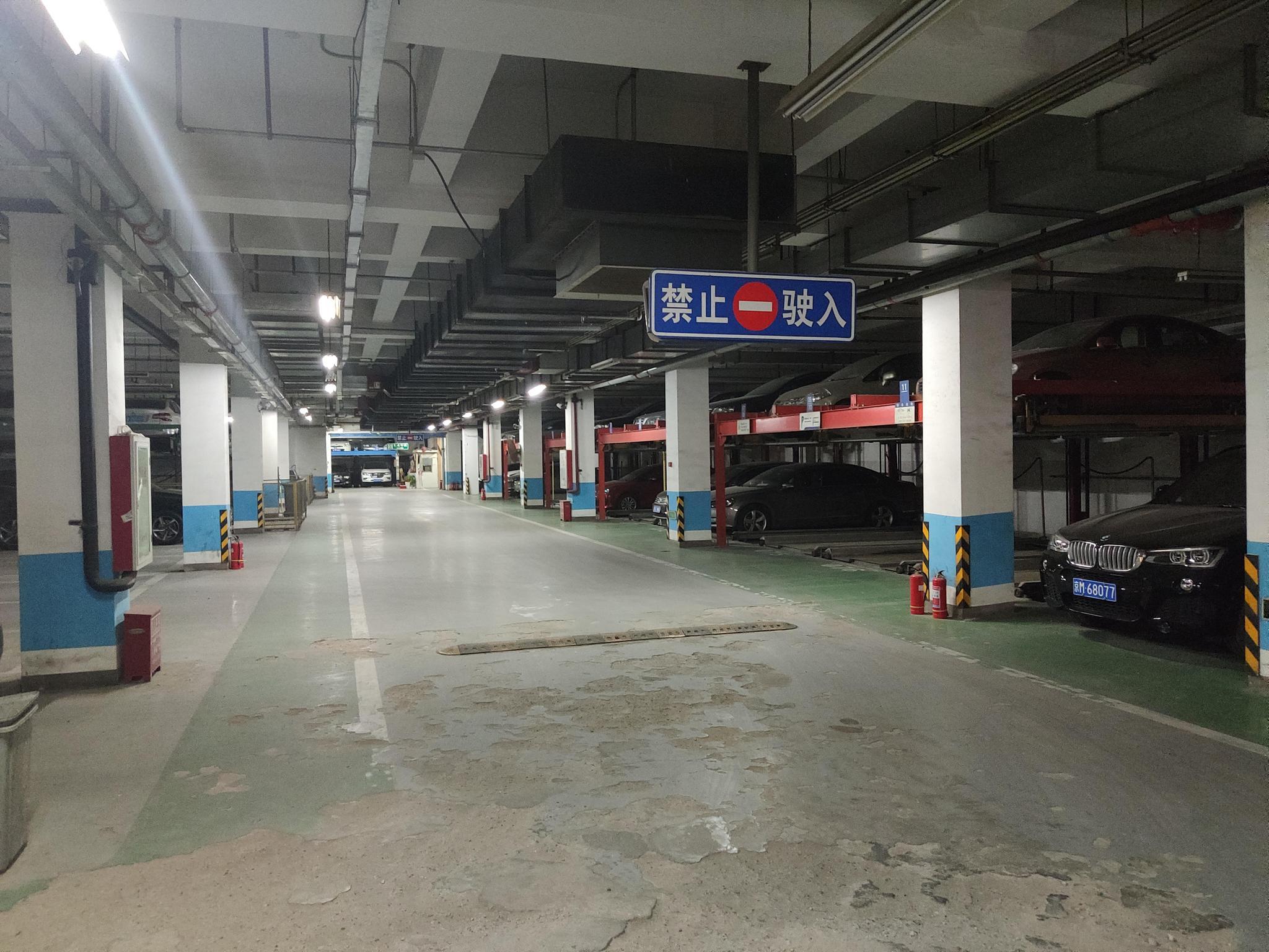 信和嘉园小区地下一层停车场仍为两层机械停车设备。摄影/新京报见习记者周博华