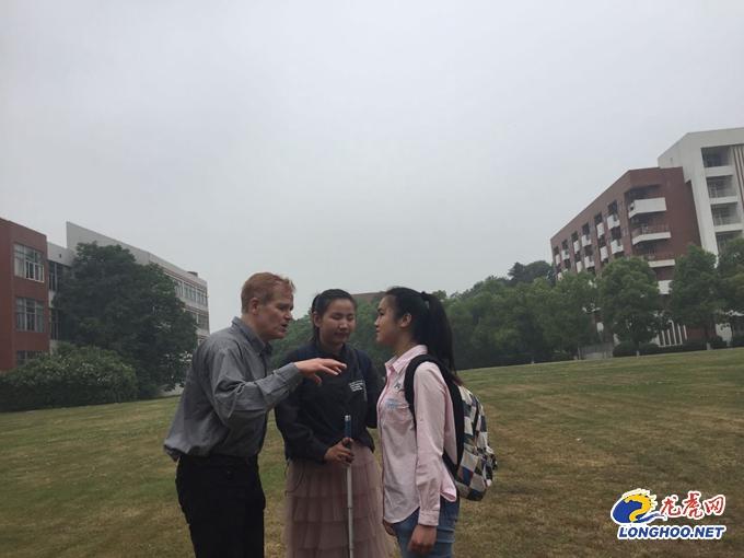 周文晴和同学练习英文