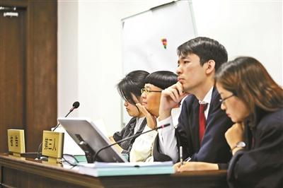 4月17日,劉純燕到庭參加訴訟 攝影/本報記者 朱建勇